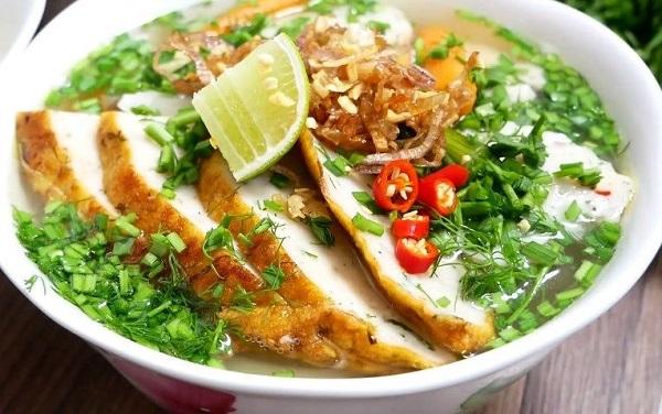 Đừng bỏ qua món bánh canh chả cá khi đến Nha Trang